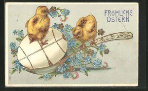 Präge-AK Osterküken tummeln sich auf einem Löffel mit einem Osterei, Fröhliche Ostern