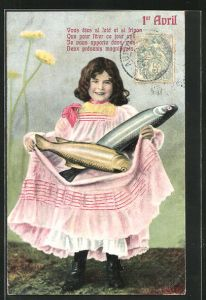 AK Mädchen trägt zwei Fische in seiner Schürze, Gruss zum 1. April
