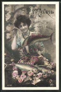 AK Frau hält grossen und kleinen Fisch in der Hand, Gruss zum 1. April