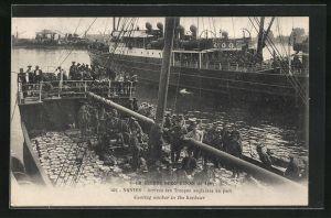 AK Nantes, Arrivee des Troupes anglaises au port, britischer Soldaten am Hafen