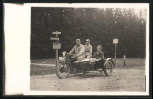 Foto-AK Familie auf Ariel-Motorrad mit Beiwagen