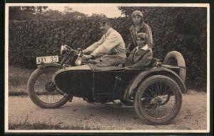Foto-AK Fahrer und zwei Frauen auf Motorrad mit Beiwagen