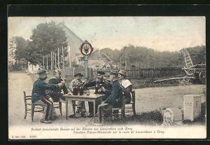 AK Deutsch-Französische Grenze auf der Strasse von Lascemborn nach Cirey, Soldaten trinken gemeinsam