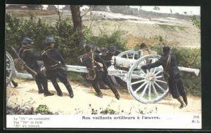 AK Nos vaillants artilleurs a l`oevre, Artilleriesoldaten in Uniformen mit Kanone