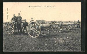 AK Larzac, Le Camp, Une Batterie de 75, Artilleriesoldaten in Uniformen mit Kanonen