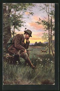 AK Jäger mit Gewehr auf Baumstumpf sitzend übersieht einen Fuchs
