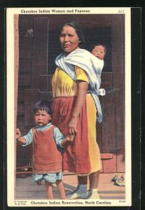 AK North Carolina, Cherokee Indian Reservation, Cherokee Indian Woman and Papoose, Indianerfrau mit Kindern