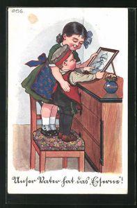Künstler-AK P. O. Engelhard (P.O.E.): Kinder betrachten das Bild ihres Soldaten-Vaters auf der Kommode