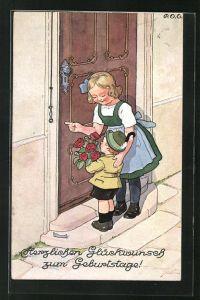 Künstler-AK P. O. Engelhard (P.O.E.): Kinder stehen mit Blumen an der Tür und gratulieren zum Geburtstag