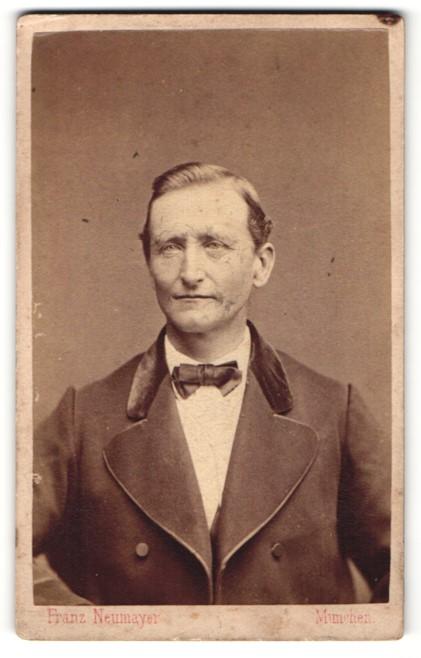 Fotografie Franz Neumayer, München, Portrait betagter Herr mit Fliege und Jackett