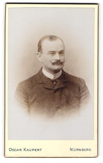 Fotografie Oscar Kaupert, Nürnberg, Herr mit Schnurrbart und hochgeknöpften Jackett