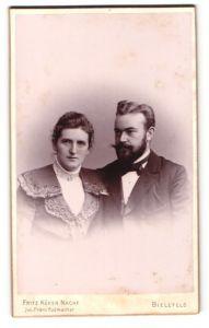Fotografie Fritz Küken Nachf., Bielefeld, Portrait bürgerliches Paar mit zeitgenöss. Frisuren in eleganter Kleidung