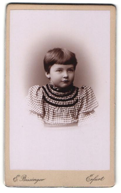 Fotografie E. Bissinger, Erfurt, Portrait niedliches Kleinkind mit Ponyfrisur im karierten Kleid