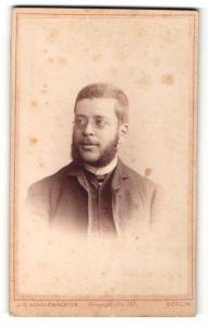 Fotografie J. C. Schaarwächter, Berlin, Portrait charmanter Herr mit Brille u. Bart im Anzug