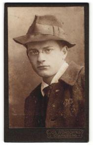 Fotografie Jos. Wörsching, Starnberg, Portrait junger Herr mit Hut u. Zwicker in zeitgenöss. Kleidung