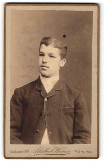 Fotografie Adalbert Werner, München, Portrait junger Herr mit Seitenscheitel u. Oberlippenbart in zeitgenöss. Kleidung