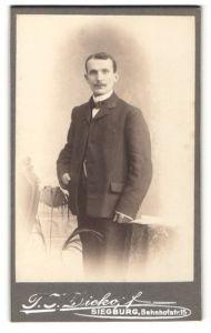 Fotografie T. J. Dickopf, Siegburg, Portrait charmanter Herr mit Schnauzbart u. Fliege im Anzug