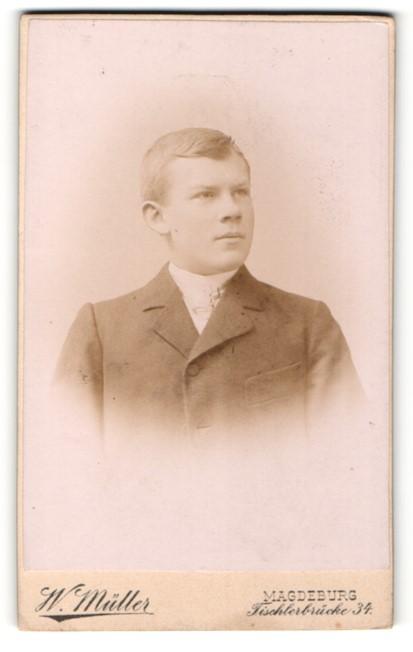 Fotografie W. Müller, Magdeburg, junger Mann in zugeknöpften Jackett