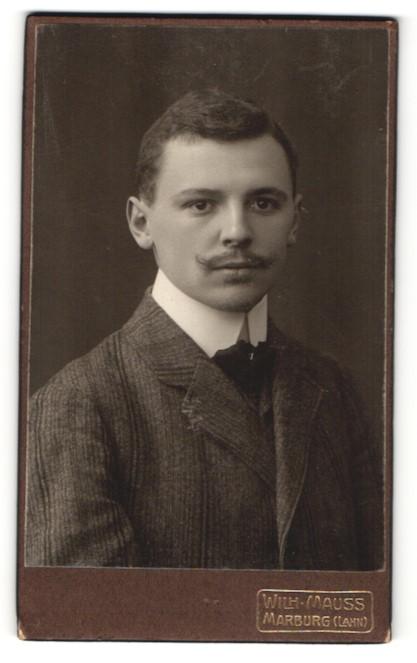 Fotografie Wilh. Mauss, Marburg, junger Herr mit gestreiftem Jackett und Stehkragen