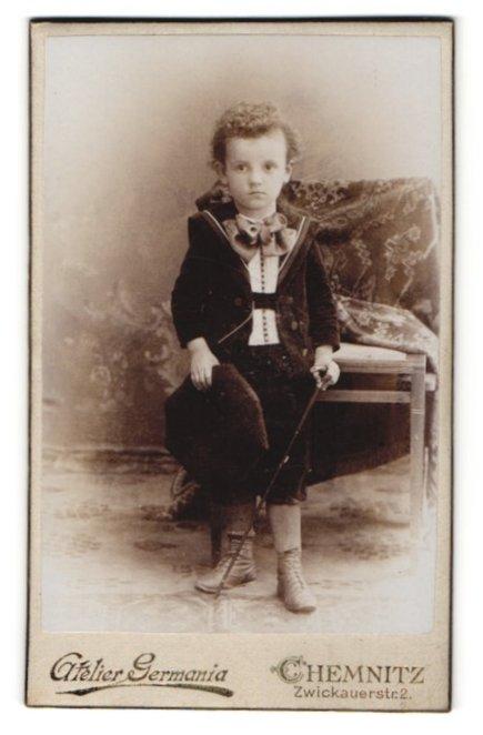 Fotografie Atelier Germania, Chemnitz, kleiner Junge in extravaganten Anzug mit Hut und Spazierstock