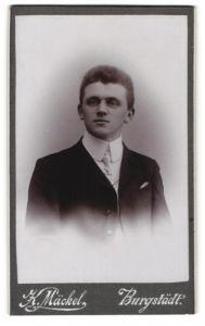 Fotografie Karl Mäckel, Burgstädt, junger Mann mit Stehkragen und gemusterter Krawatte