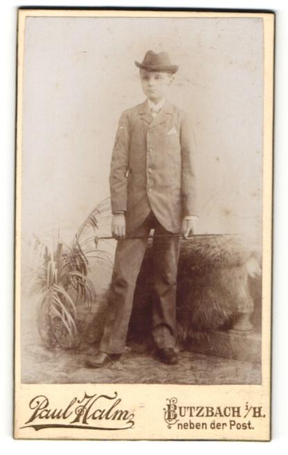 Fotografie Paul Halm, Butzbach i / H., Portrait kleiner Junge mit Hut u. Stock im Anzug