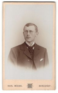 Fotografie Karl Mäckel, Burgstädt, Portrait junger Herr mit Zwicker u. Krawatte im Anzug