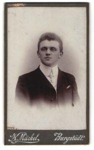 Fotografie K. Mäckel, Burgstädt, Portrait junger charmanter Herr mit Krawatte im Anzug