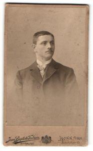 Fotografie Jean Baptiste Feilner, Bonn a. R., junger Herr in offenem Überzieher mit Stehkragen und Krawatteschal