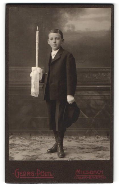 Fotografie Georg Pöltl, Miesbach, Junge in Anzug mit Handschuhen und Kerze haltend