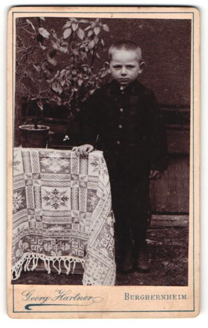 Fotografie Georg Hartner, Burgbernheim, kleiner Junge in Anzug mit kurzen Haaren 0
