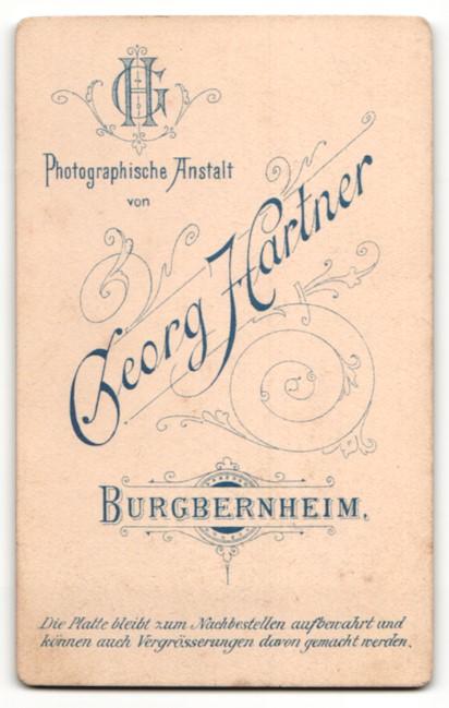 Fotografie Georg Hartner, Burgbernheim, kleiner Junge in Anzug mit kurzen Haaren 1