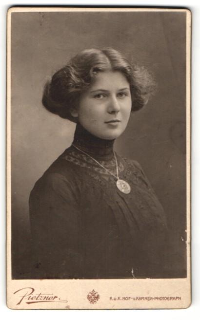 Fotografie C. Pietzner, Graz, elegante Dame mit Spitzenkleid und Medaillonkette 0