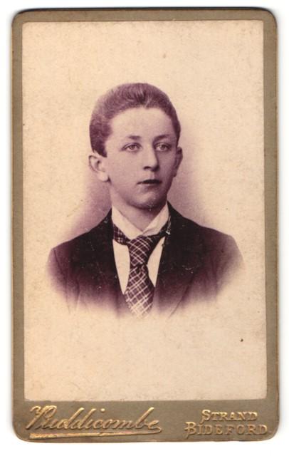 Fotografie W. H. Puddicombe, Bideford, Junge in karierter Krawatte in Dreiteiler 0