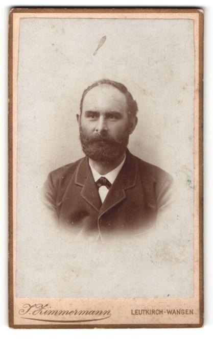 Fotografie J. Zimmermann, Leutkirch-Wangen, Mann mit Vollbart in Anzug mit kleiner Schleife 0