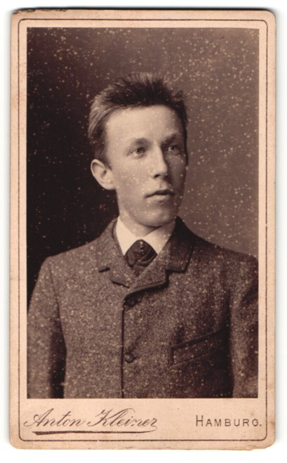 Fotografie Anton Kleiner, Hamburg, junger Mann in zugeknöpften Anzug mit stoppeliger Haarfrisur 0