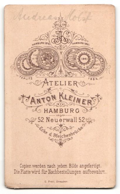 Fotografie Anton Kleiner, Hamburg, junger Mann in zugeknöpften Anzug mit stoppeliger Haarfrisur 1