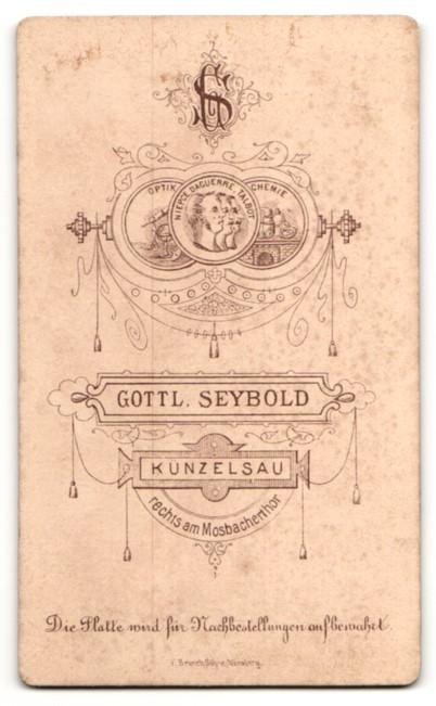 Fotografie Gottl. Seybold, Künzelsau, Herr in zugeknöpften Jackett und Fliege 1