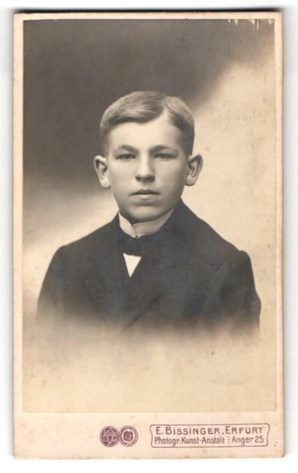 Fotografie E. Bissinger, Erfurt, Junge in Anzug mit Stehkragen und Fliege 0