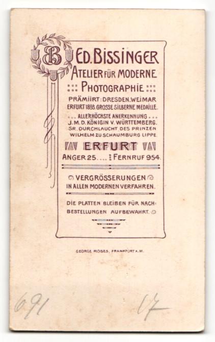 Fotografie E. Bissinger, Erfurt, Junge in Anzug mit Stehkragen und Fliege 1