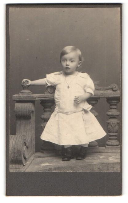 Fotografie Fotograf unbekannt, Ort unbekannt, kleines Mädchen in Kleid mit weitem Rock mit Kette 0