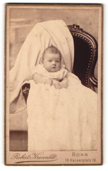Fotografie Robert Krenvaldt, Bonn, Baby in langem Kleid 0