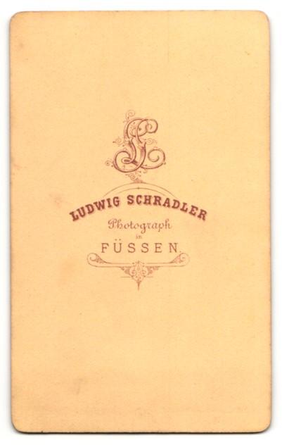 Fotografie Ludwig Schradler, Füssen, kleines Mädchen in gestreiftem Kleid 1