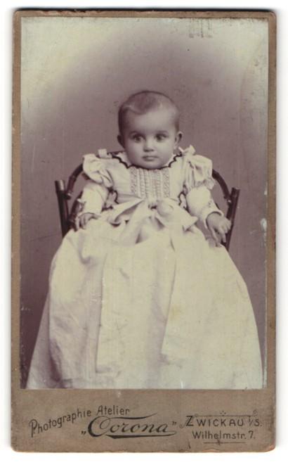 Fotografie Atelier Corona, Zwickau i. S., kleines Mädchen mit Rüschenkleid und langer Schleife 0