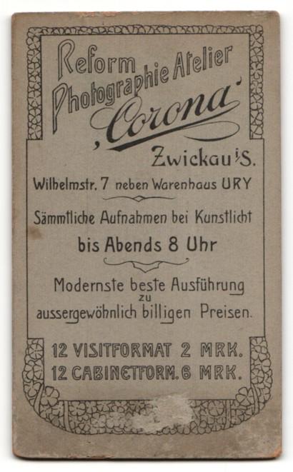 Fotografie Atelier Corona, Zwickau i. S., kleines Mädchen mit Rüschenkleid und langer Schleife 1