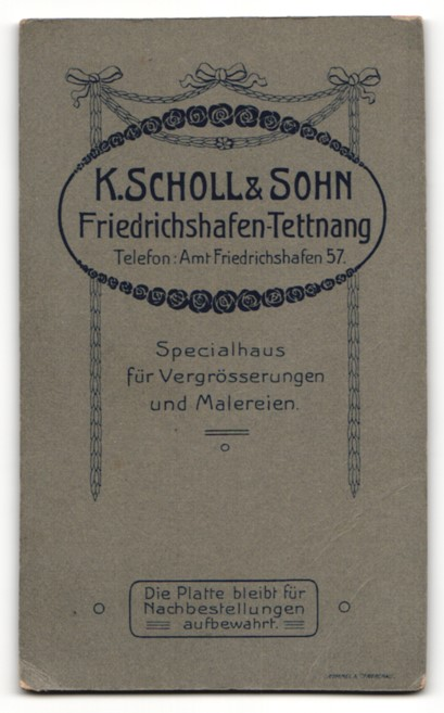 Fotografie K. Scholl & Sohn, Friedrichshafen /Tettnang, Baby in Hemdchen mit nackten Beinen auf Pelz 1
