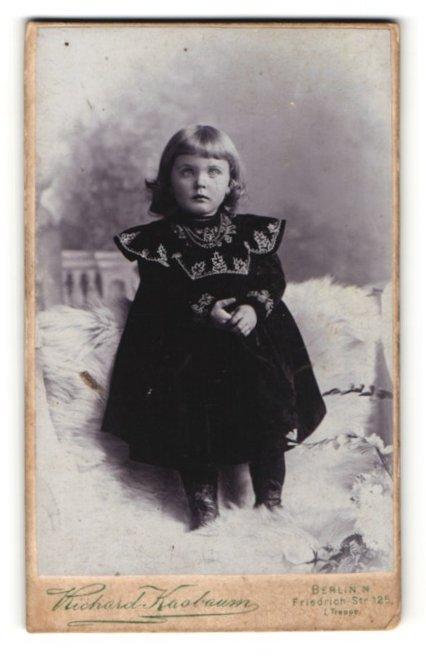 Fotografie Richard Kasbaum, Berlin, kleines Mädchen in besticktem Kleid