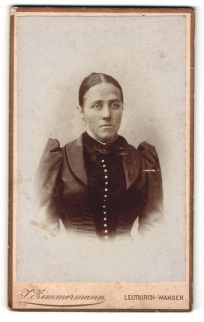 Fotografie J. Zimmermann, Leutkirch-Wangen, Frau im schwarzen Kleid