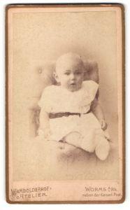 Fotografie Wambolderhof Atelier, Worms, Kleinkind in weissem Kleid auf Sessel