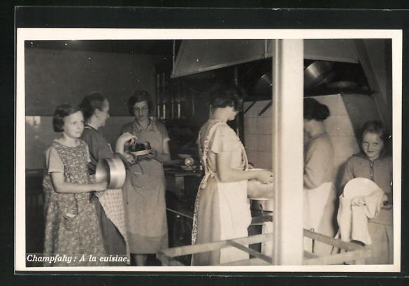 Foto-AK Lignieres, Feriencamp Champfahy, Mädchen bei der Küchenarbeit